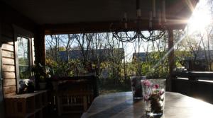 Solen skinner på veranda