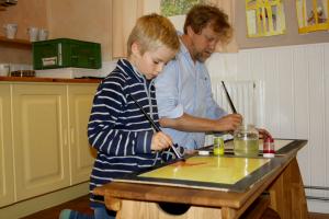Lærer og elev maler